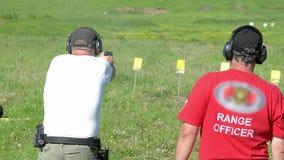 Mensenspruit met een kanon in doelstellingen bij het schieten van waaier stock video