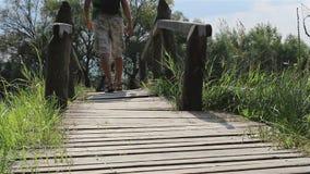 Mensenstappen over een Voetgangersbrug stock videobeelden