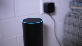 Mensenstoppen in Amazonië Alexa Unit in Keuken stock videobeelden