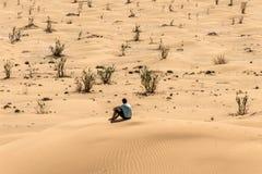 Mensentoerist in al van de woestijnoneffenheid van het de zittingszand van khalioman de meningslandschap 2 stock foto's
