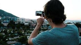 Mensentoerist die een smartphonepanorama van een historische plaats in de stad van het observatiedek fotograferen stock video