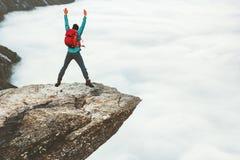 Mensentoerist die op rotsachtige de klippenbergen van Trolltunga springen royalty-vrije stock foto's