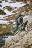 Mensentoerist met rugzak wandelingsreis in bergen Stock Afbeelding
