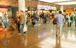 Mensentoeristen met reiskoffer, vage snelheidsmotie, Frankfurt, Duitsland royalty-vrije stock afbeeldingen