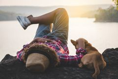 Mensentoeristen in mooie aard in rustige scène stock foto's