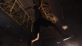 Mensentraining bij gymnastiek stock footage