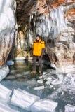 Mensentribunes in de grot van rotsen met ijs, Olkhon worden behandeld die Stock Fotografie