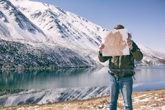 Mensentribunes tegen een berglandschap stock afbeeldingen