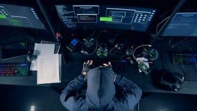 Mensentypes op een toetsenbord terwijl het barsten van systeem, hoogste mening Cybercrimeconcept stock videobeelden
