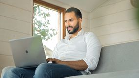 Mensentypes op laptop stock footage
