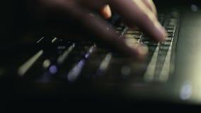 Mensentypes op toetsenbord stock video