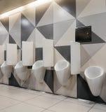 Mensenurinoirs in modern toilet stock foto's
