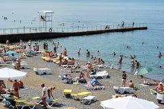 Mensenvakantiegangers op de Zwarte Zee op het stadsstrand van Sotchi Stock Foto