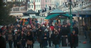 Mensenverkeer in Venetiaanse straat, Italië stock videobeelden