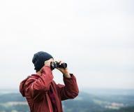 Mensenverrekijkers die het Reizende Concept van Bergcloudscape kijken Royalty-vrije Stock Afbeelding
