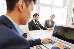 Mensenvideoconferentie met laptop computer Royalty-vrije Stock Fotografie