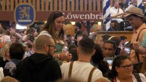 Mensenviering van Oktoberfest in grote biertent Beieren, Duitsland stock videobeelden