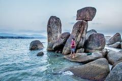 Mensenvissen op een staaf in Agonda-strandbaai royalty-vrije stock afbeeldingen