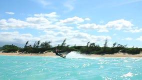 Mensenvlieger die in Oceaan inschepen die Truc boven Camera doen stock video