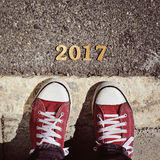 Mensenvoeten en nummer 2017, als nieuw jaar Royalty-vrije Stock Foto