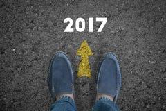 Mensenvoeten op asfaltweg met begin 2017 royalty-vrije stock foto's