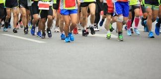 Mensenvoeten op stadsweg in marathon lopend ras Royalty-vrije Stock Afbeeldingen