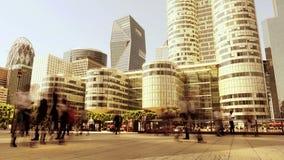 Mensenvoetgangers die in de stad lopen office gebouwen stock footage