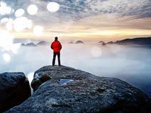 Mensenwandelaar bij bergpiek Prachtige dageraad in de herfst nevelig landschap Abstract effect Royalty-vrije Stock Afbeelding