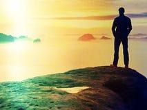 Mensenwandelaar bij bergpiek Prachtige dageraad in de herfst nevelig landschap Abstract effect Stock Foto's