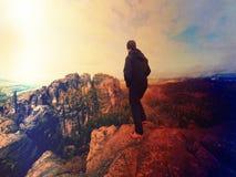 Mensenwandelaar bij bergpiek Prachtige dageraad in de herfst nevelig landschap Abstract effect Royalty-vrije Stock Foto's