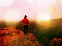 Mensenwandelaar bij bergpiek Prachtige dageraad in de herfst nevelig landschap Abstract effect Stock Foto