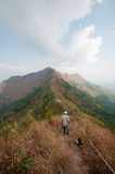 Mensenwandelaar op een bovenkant van een berg om kamp te baseren Royalty-vrije Stock Afbeelding