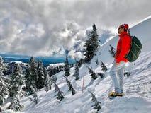 Mensenwandelaar in toneel de winterbergen Zet Seymour Park op Wandelingssleep aan de eerste piek Het noordenkust Vancouver Brits  Stock Afbeeldingen