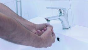 Mensenwas zijn handen met water in de badkamers stock video