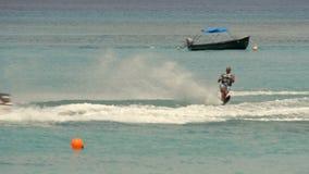 Mensenwater die op water ski?en stock videobeelden
