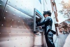 Mensenwerkgever die openlucht geautomatiseerde tellermachine met behulp van royalty-vrije stock foto's