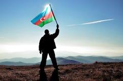 Mensenwinnaar die de vlag van Azerbeidzjan golven Stock Afbeelding