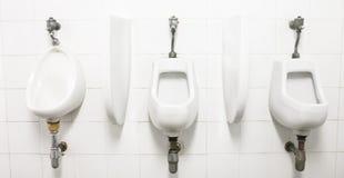 Mensenzaal met urinoir-Alternatieve hieronder meningen Royalty-vrije Stock Fotografie