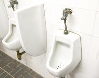 Mensenzaal met urinoir-Alternatieve hieronder meningen Stock Fotografie
