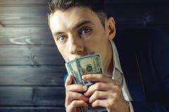 Mensenzakenman in een kostuum met gesloten mondrekening Royalty-vrije Stock Foto