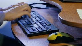 Mensenzakenman het typen op de toetsenbordwerken bij computertechnologie stock footage