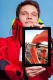 Mensenzeeman die reddingsboei op tablet tonen sailing Stock Foto's