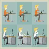 Mensenzitting bij de lijst en het werken met zijn computer en slimme telefoon Stock Afbeeldingen