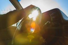 Mensenzitting bij het wiel van zijn auto Stock Foto