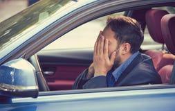 Mensenzitting binnen zijn beklemtoond en verstoorde auto en gevoel royalty-vrije stock afbeeldingen