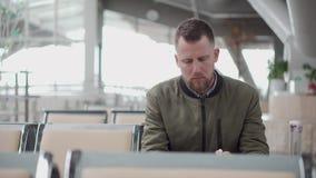 Mensenzitting in een luchthaven stock videobeelden