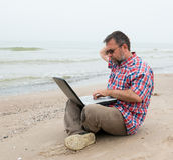 Mensenzitting met laptop Royalty-vrije Stock Afbeeldingen