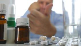 Mensenzitting onderaan Telling met de Geneeskundeflessen en Tabletten van Handgebaren stock fotografie