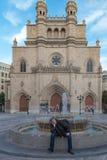 Mensenzitting op een fontein voor de kathedraal van Castellà ³ Royalty-vrije Stock Afbeeldingen