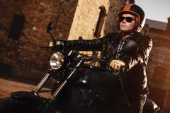Mensenzitting op een koffie-raceauto motorfiets stock foto